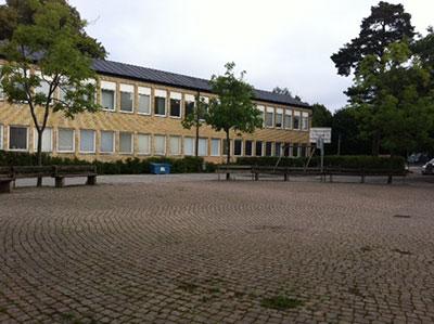 Bergshamraskolans mellen och högstadiegård